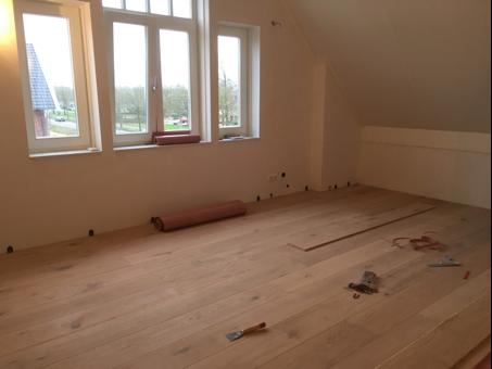 Een houten vloer tijdens het leggen