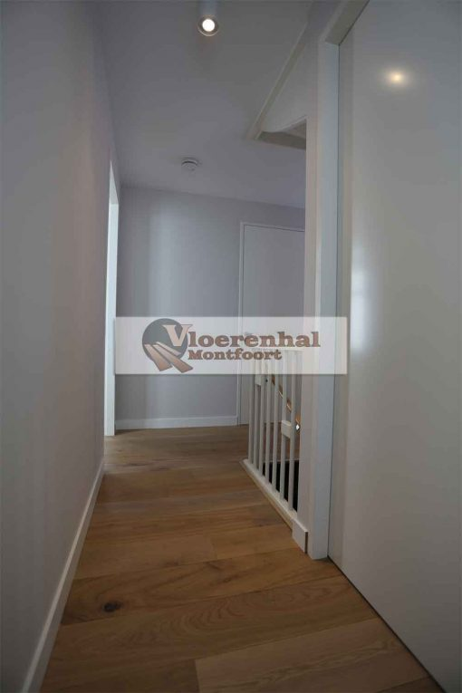 Vloerenhal Montfoort gang boven met houten vloer